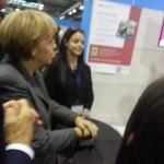 Kanzlerin Merkel buzzert bzw. spendet für die Kinder in Peru am Stand Teens4Kids